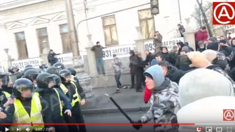 """Как """"Нацкорпус"""" избивал полицейских под Радой: видео потрясло Сеть жестокостью"""