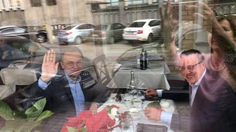 """Садового и Гриценко """"застукали"""" в ресторане: журналисты пытаются выяснить, о чем договариваются два кандидата - кадры"""