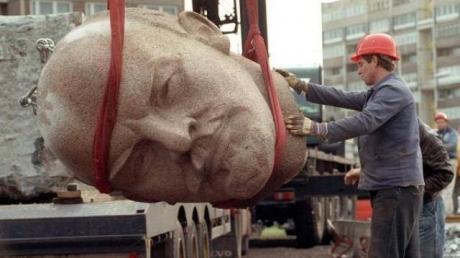 Декоммунизация Польши в действии: Анджей Дуда подписал закон о сносе памятников времен СССР