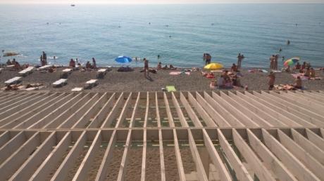 Рассказы о разгаре курортного сезона в Крыму оказались враньем: украинский блогер сравнил фото самого популярного пляжа Ялты до и после аннексии