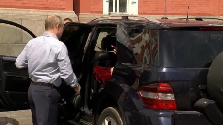 """Российский журналист Кашин рассказал всю правду о """"фигуре в красном"""" на заднем сиденье путинского автомобиля: озвучены шокирующие детали"""