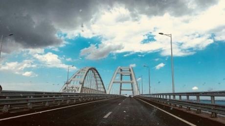 Снесет вместе с машинами: очевидцы сообщают о катастрофе с Крымским мостом – Кремль такого явно не ожидал
