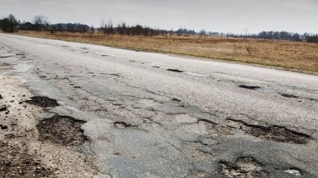 """""""Володя, какой Донбасс, какая Сирия, посмотри на наши дороги!"""": российский водитель жестко обматерил Путина"""