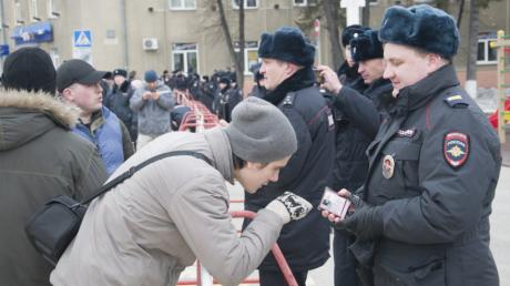 """В Кемерово начались аресты участников протестного митинга из-за пожара в ТРЦ """"Зимняя вишня"""""""