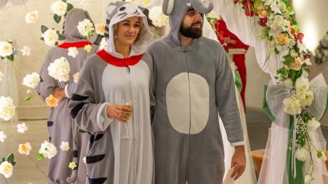 Свадебный креатив: в Днепре молодожены явились в РАГС в плюшевых костюмов слона и кошки – кадры