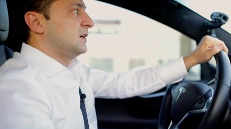 """Зеленский за рулем Tesla рассказал о """"разведенной"""" Станице Луганской: """"Там Швейцария"""""""