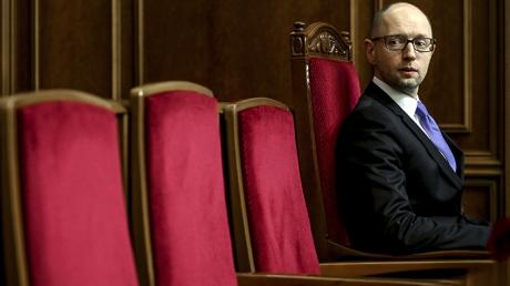 """От милого прозвища """"Сеня"""" до """"Проваливай подонок"""": соцсети жестко обсуждают отставку Арсения Яценюка"""