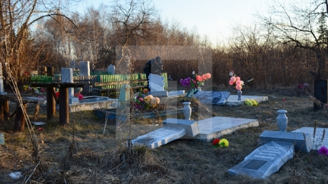 Зашкаливающая бездуховность: в России дети, хвастаясь друг перед другом силой, разгромили более 30 надгробий на кладбище