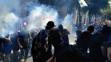 Обстановка накаляется: под Радой в Киеве между полицией и Национальным корпусом произошла стычка – применили газ – кадры