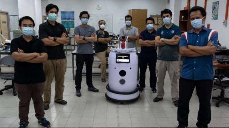 Ученые создали робота-медбрата, помогающего больным коронавирусом, кадры