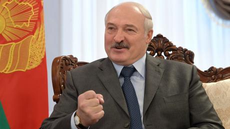 """Лукашенко о ситуации с коронавирусом в России: """"Страна полыхает от эпидемии"""""""