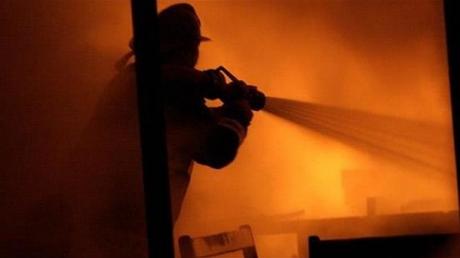 Смертельный пожар в Ленинградской области: семь человек погибли во время сна под рухнувшей пылающей кровлей