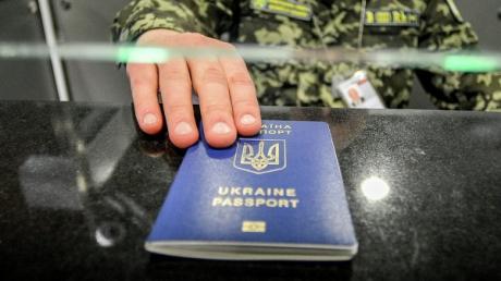 """В Евросоюзе одобрили """"компромиссный"""" механизм приостановления безвизового режима"""