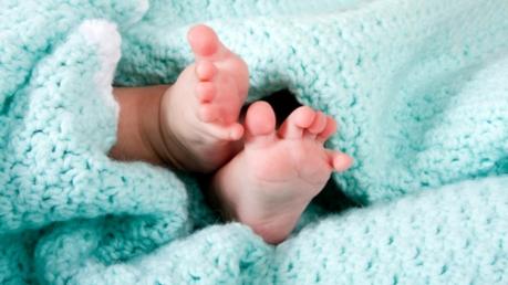 Положила в пакет и выбросила на дорогу: в Херсонской области мамаша после рождения сына бросила малыша на обочине сельской дороги - кадры