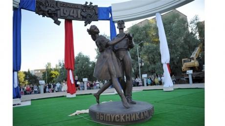 Великие духовные скрепы России: священник в Подмосковье увековечил выпускницу с оголенной грудью