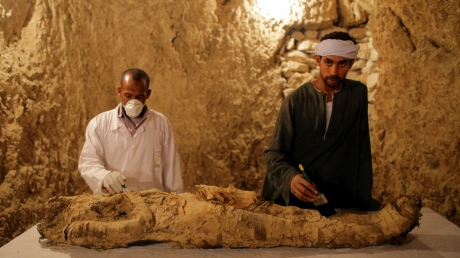 Ученые сделали уникальное открытие в Египте: археологи раскрыли древнее захоронение, внутри которого оказалась мумия, - кадры