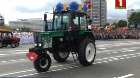 Едут тракторы, комбайны, стиральные машины: соцсети высмеяли парад сельхозтехники в Минске ко Дню независимости
