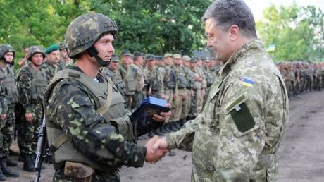 Украинские патриоты продолжают добровольно вступать в ряды национальной армии - Порошенко