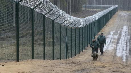 """Стена на границе с агрессором: Латвия обносит """"миролюбивую"""" Россию высоким забором с колючей проволокой"""