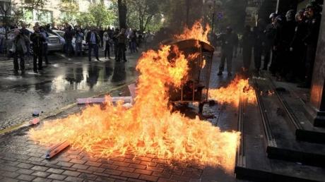 Газ, огонь, водометы: националисты устроили драку с полицией и забросали ГПУ камнями - кадры