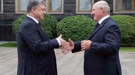 """Тревожный сигнал для Путина: президенты Порошенко и Лукашенко за закрытой дверью проводят переговоры в формате """"тет-а-тет"""""""