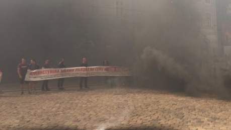 """""""Рыжий, выходи"""", - опубликованы шокирующие кадры, как разъяренные львовяне перед началом сессии закидали местный горсовет дымовыми шашками и требуют от мэра Садового извинений"""