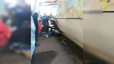 В Одессе произошло кровавое ДТП: женщина случайно упала на рельсы во время приближения трамвая, ей отрезало обе ноги  - кадры