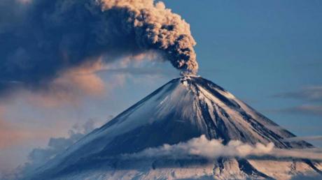 Извержение вулкана Безымянный началось в России на Камчатке