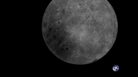 Спутник запечатлел невидимую сторону Луны на фоне Земли: уникальный снимок человечество увидит впервые