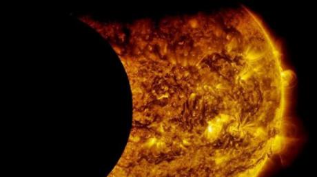 """Солнцу пришел """"конец"""": гигантский корабль пришельцев не оставил светилу шансов - видео"""