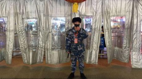 """Вспышка коронавируса 2019-nCoV в Китае: уже 13 городов закрыты на """"санитарный час"""", по улицам ездят военные"""