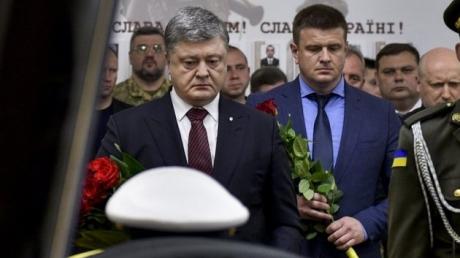 """""""Они пришли, чтобы вместо украинского народа определять наше будущее, вернуть нас назад в Российскую империю. Но им этого не сделать"""", - президент Порошенко на прощании с Шаповалом и Возным передал жесткое послание Кремлю"""