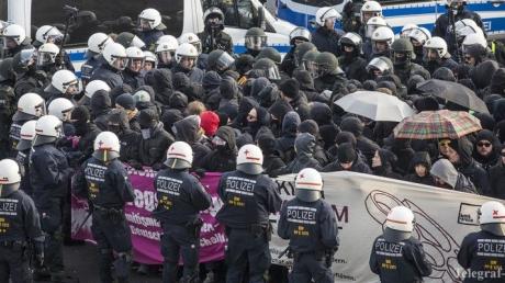 Массовые аресты в Штутгарте: четыреста граждан выступили против съезда партии 'Альтернатива для Германии'