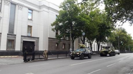 Во двор Верховной Рады стянули военную бронетехнику: стали известны уникальные подробности - опубликованы кадры