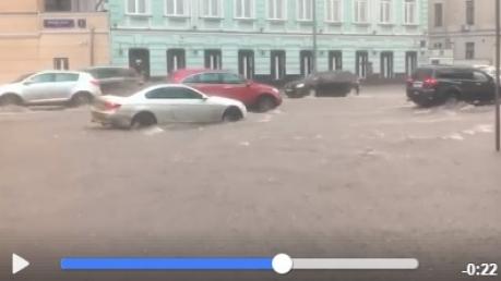 Москву накрыл мощный ливень: российская столица в буквальном смысле утонула, москвичи с трудом передвигаются по затопленным тротуарам – кадры