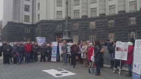 Прямая видео-трансляция пикета под стенами Кабмина больными редкими заболеваниями 26.02.2015.