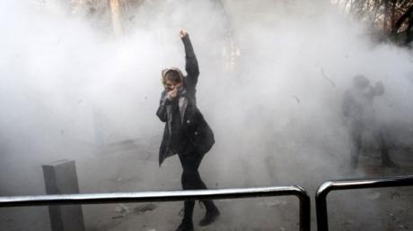 Обстановка в Иране накаляется: армия отказывается стрелять по демонстрантам, первые лица бегут из Тегерана. Кадры