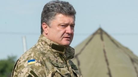Порошенко в Новых Петровцах заявил бойцам, что не позволит грабить армию