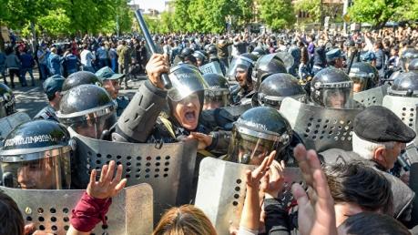Обстановка в Ереване накалена до предела: протестующих забрасывают гранатами и сдерживают колючей проволокой – подробности и кадры