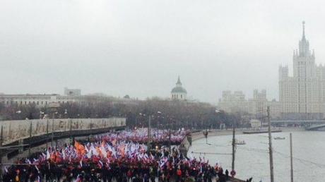 Das Erste: колличество флагов России на марше памяти Немцова говорит - это не пятая коллона