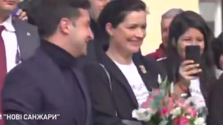 Зеленский не испугался и публично обнял Скалецкую после карантина в Новых Санжарах, видео