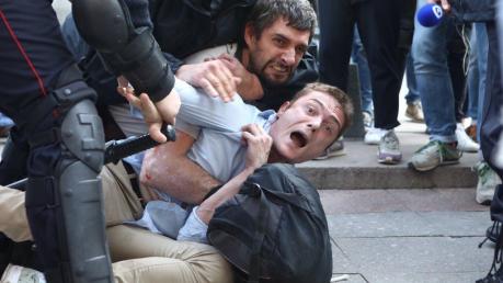В Москве на акциях протеста задерживают даже детей: от этих кадров мир не может прийти в себя - видео