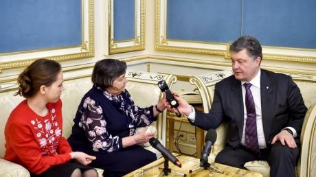 Мы сделаем все, чтобы тебя освободить, ты стала символом Украины! Порошенко вместе с матерью Савченко по телефону пообщались с украинской летчицей.