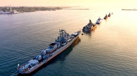 Обстановка у берегов Сирии накалена до предела: Россия готовится к столкновению с США и выстраивает свои корабли в боевые колонны