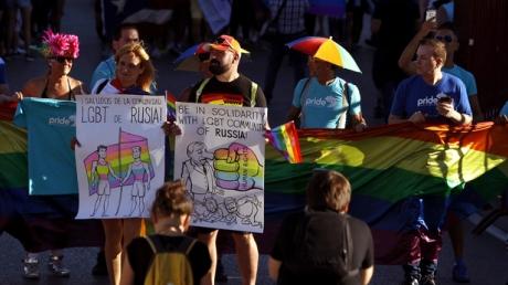 В Мадриде прошел крупнейший в Европе ЛГБТ-парад: в колонне были замечены российский триколор и плакаты в поддержку геев Чечни - опубликованы уникальные фото и видеокадры