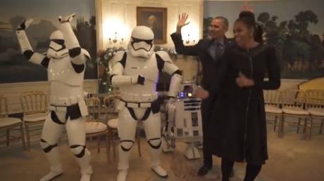 """Супруги Обамы исполнили зажигательный танец с героями """"Звездных войн"""""""