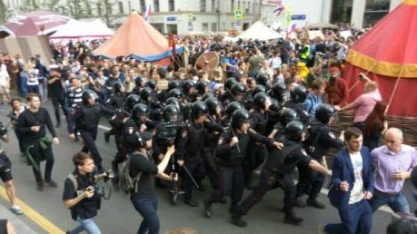 """В Москве устроили драку прямо на улице под массовые крики толпы """"Россия без Путина!"""" - очевидцы опубликовали видео, вызвавшее резонанс в соцсетях - кадры"""