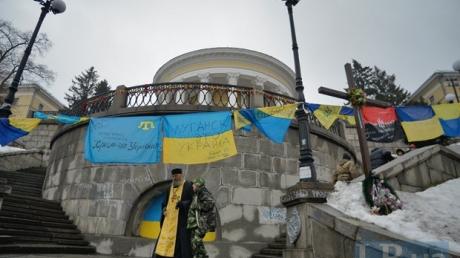 """В годовщину Майдана в Киеве вывесили флаги с надписями """"Крым и Луганск - это Украина"""""""