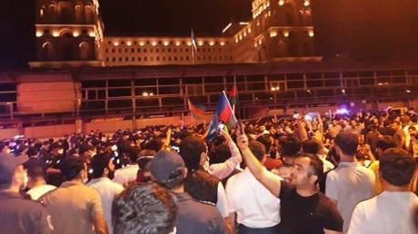 """В Азербайджане тысячи людей вышли на протест из-за конфликта с Арменией: """"Дайте нам оружие"""""""