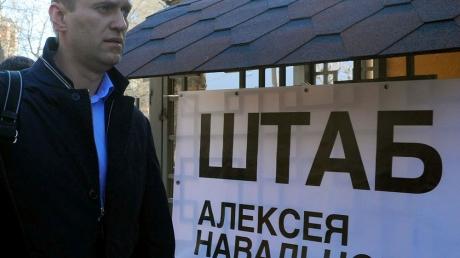 В России продолжаются политические репрессии: в штаб оппозиционера Навального вероломно и без предупреждения ворвались силовики - офис заблокирован изнутри